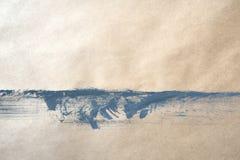 Предпосылка взгляда сверху серой краски на бумаге kraft с падениями, брызгает и пятнает Grunge искусства руки вычерченный стоковая фотография rf