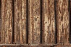 Предпосылка внешней стены с древесиной доски и половой доскы, тяжело выдержанный, слезать и треснутая краска стоковая фотография rf