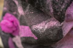Предпосылка войлока задрапировывает черный красный цвет стоковое изображение rf