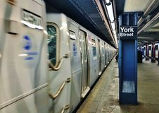 Предпосылка вокзала MTA Нью-Йорка улицы Йорка станции метро NYC Бруклина подземная стоковое изображение