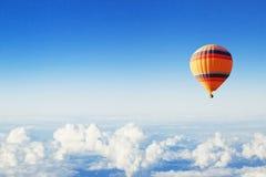 Предпосылка воодушевленности или перемещения, муха, красочный горячий воздушный шар в голубом небе стоковое изображение rf