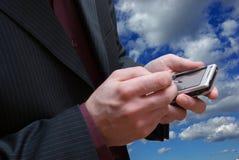 предпосылка вручает мыжской телефон неба Стоковые Изображения RF