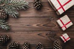 предпосылка всходя на борт древесины коричневой части крытой Ель, декоративные конусы Космос сообщения на рождество и Новый Год Стоковые Изображения