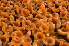 Предпосылка высушенных половинных абрикосов Конец-вверх отрезанного плодоовощ на деревянном подносе Стоковое Фото