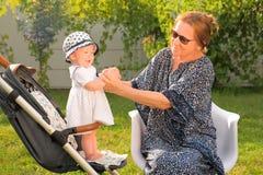 Предпосылка выхода на пенсию семья принципиальной схемы счастливая Бабушка с внучкой Развлечения семьи стоковые изображения