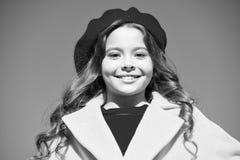 Предпосылка голубого неба прогулки девушки Деталь моды аксессуара шляпы французская Берет шляпы девушки ребенк яркий Мода шляпы о стоковые фото