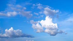 Предпосылка голубого неба с белыми облаками стоковые изображения