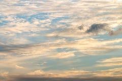 Предпосылка голубого неба с белым облаком Стоковые Изображения RF