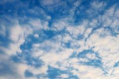 Предпосылка голубого неба с красивыми белыми облаками backhander стоковое изображение rf