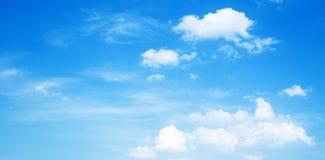 Предпосылка, голубое небо с белыми облаками стоковые фотографии rf