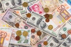 Предпосылка дела абстрактная - банкноты долларов и евро с концом-вверх монеток Стоковая Фотография RF