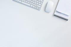 Предпосылка дела на белой таблице с блокнотом мыши клавиатуры стоковые изображения