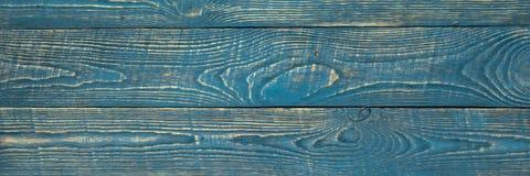 Предпосылка деревянной текстуры всходит на борт с обмылками голубой краски narrow стоковые изображения rf