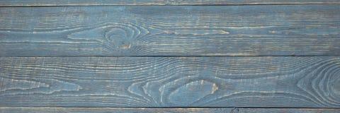 Предпосылка деревянной текстуры всходит на борт с обмылками света - голубой краски горизонтально narrow стоковые фото