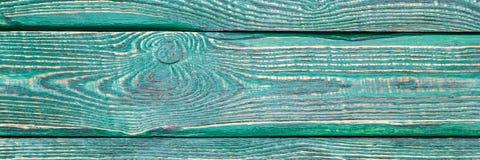 Предпосылка деревянной текстуры всходит на борт с остальноями старой зеленой краски горизонтально narrow стоковое изображение rf