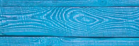 Предпосылка деревянной текстуры всходит на борт с остальноями старой голубой и фиолетовой краски горизонтально narrow стоковые изображения rf