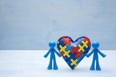 Предпосылка детей куклы с символическим сердцем головоломки аутизма стоковое изображение