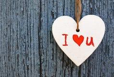 Предпосылка дня Валентайн Декоративное белое деревянное сердце с я тебя люблю надписью на голубой деревянной предпосылке Стоковое Фото