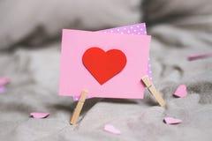 Предпосылка дня Валентайн Карточка Валентайн с сердцем Селективный фокус Стоковые Фото