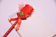 Предпосылка дня Валентайн Красная роза на пустом блокноте для космоса экземпляра на белом blackground венчание сбора винограда дн стоковая фотография rf