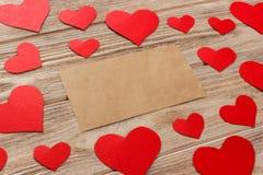 Предпосылка дня Валентайн Красные сердца и пустое письмо на деревянной предпосылке Плоский состав положения с космосом экземпляра стоковые изображения