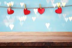 Предпосылка дня Валентайн сердца вися перед деревянной предпосылкой фон дисплея продукта Стоковое Изображение RF