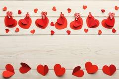 Предпосылка дня валентинки, бумажная граница сердец на древесине, космосе экземпляра Стоковые Изображения