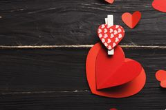 Предпосылка дня валентинки, handmade сердца на древесине с космосом экземпляра Стоковая Фотография