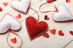 Предпосылка дня валентинки, handmade сердца подушки на древесине, космосе экземпляра Стоковое фото RF
