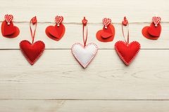 Предпосылка дня валентинки, handmade сердца подушки на древесине, космосе экземпляра Стоковое Изображение