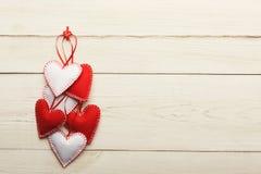 Предпосылка дня валентинки, handmade сердца подушки на древесине, космосе экземпляра Стоковые Изображения