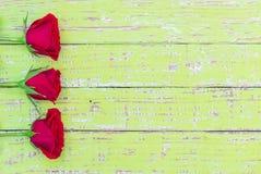Предпосылка дня валентинок или дня матерей с красивыми красными розами на деревенской древесной зелени Стоковое Изображение RF