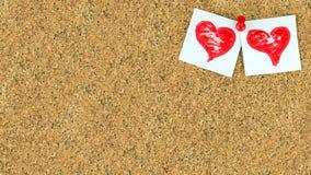 Предпосылка дня валентинок с 2 красными сердцами на белизне куски бумаги на правом верхнем conner доски коричневого цвета пробочк Стоковое Изображение