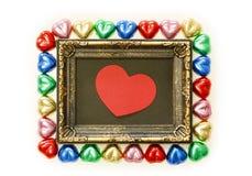 Предпосылка дня валентинок с красочной формой сердца шоколадов и рамка золота от взгляд сверху Стоковые Фотографии RF