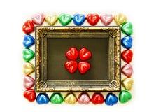 Предпосылка дня валентинок с красочной формой сердца шоколадов и рамка золота от взгляд сверху Стоковые Фото