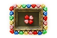 Предпосылка дня валентинок с красочной формой сердца шоколадов и рамка золота от взгляд сверху Стоковая Фотография RF