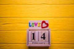 Предпосылка дня валентинок с 14-ое февраля и красным сердцем День 14 комплекта в феврале на деревянном календаре Стоковые Изображения