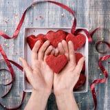Предпосылка дня ` s валентинки, бумага на деревянном столе Стоковая Фотография RF