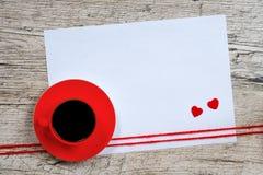 Предпосылка дня ` s валентинки, красная кофейная чашка Стоковая Фотография RF