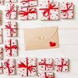 Предпосылка дня Valentines романтичная карта конверта с подарочными коробками и сердце на деревянной предпосылке стоковая фотография