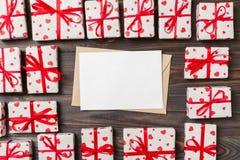 Предпосылка дня Valentines романтичная карта конверта с подарочными коробками и сердце на деревянной предпосылке стоковое изображение rf