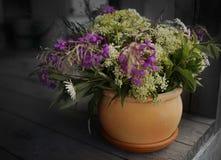 предпосылка древесины still_life конца-вверх вазы глины цветка букета Стоковая Фотография