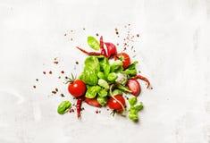 Предпосылка еды, зеленый базилик и томаты с специями, взгляд сверху стоковые фото