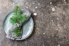 Предпосылка еды рождества праздника, столовый прибор, плита, салфетка с кольцом и ветвью рождественской елки, сервировкой стола в стоковая фотография rf