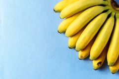 Предпосылка еды с плодоовощ банана на голубой бумаге Стоковые Изображения RF