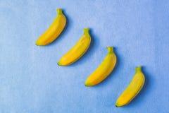 Предпосылка еды с плодоовощ банана на голубой бумаге Стоковые Изображения