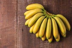 Предпосылка еды с плодоовощ банана на голубой деревянной доске Стоковые Изображения