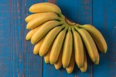 Предпосылка еды с плодоовощ банана на голубой деревянной доске Стоковая Фотография
