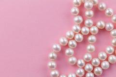 Предпосылка жемчуга с nacreous ожерельем жемчуга на розовой предпосылке - конце вверх по фото макроса стоковое изображение rf