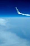 предпосылка заволакивает крыло взгляда плоскости двигателя Стоковые Фотографии RF